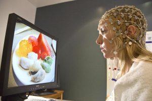 participante-passa-por-exame-de-eletroencefalografia-durante-pesquisa