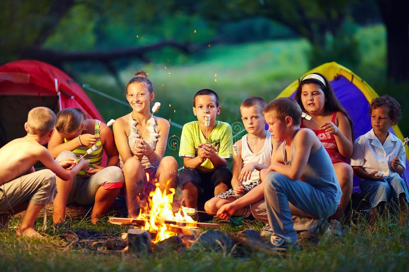 crianças acampando feliz psiqueasy
