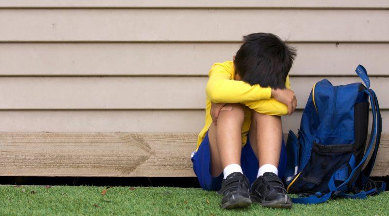 crianca-triste-menino-escola-