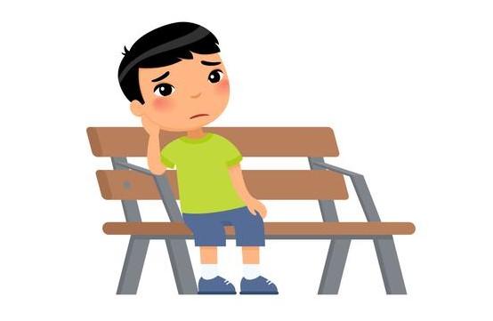 Criança triste com a mão no rosto sentada em um banco